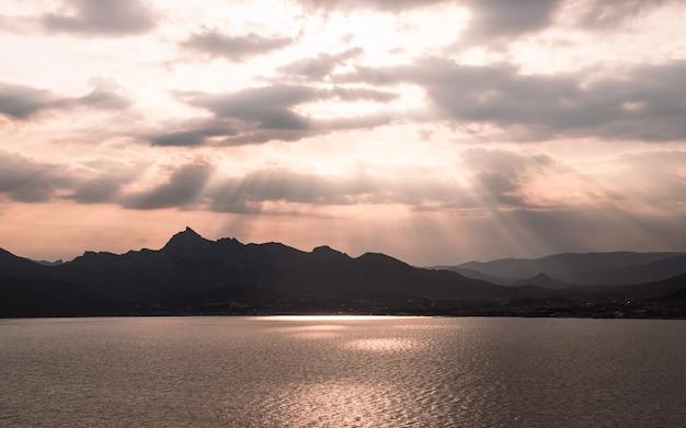 Photographie de coucher de soleil sur le lac. reflet orange