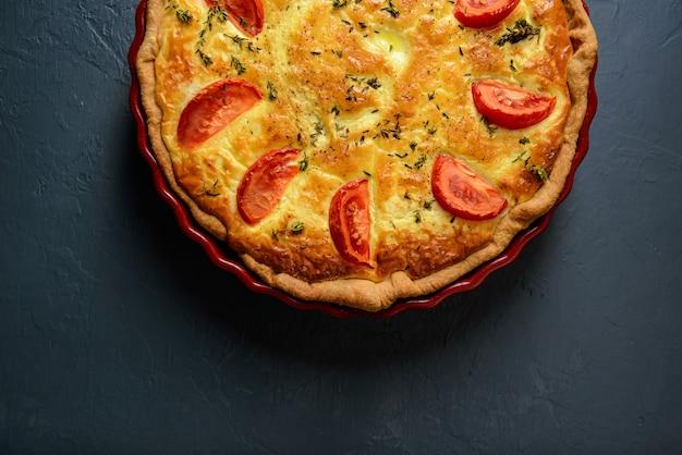 Photographie culinaire et concept de restaurant. délicieuse tarte aux légumes
