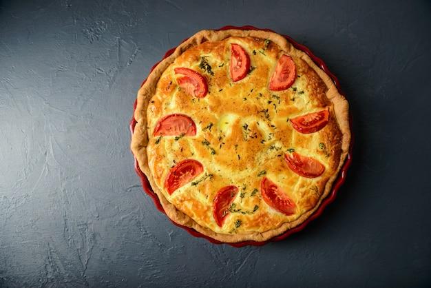 Photographie culinaire et concept de restaurant. vue de dessus de la tarte aux légumes
