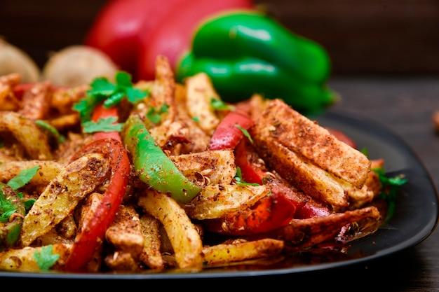 Photographie culinaire de frites épicées
