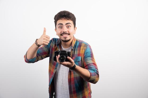 Photographie demandant au client d'attention et de conserver cette position.