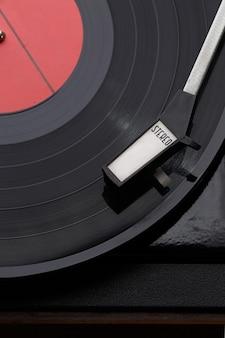 Photographie de disques vinyles noirs avec lecteur