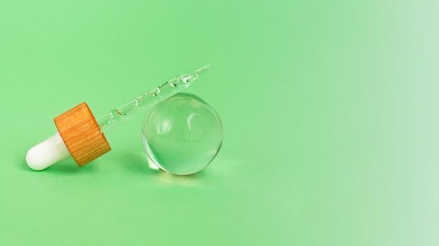 Photographie en gros plan de la pipette avec gel cosmétique à l'intérieurconcept de maquette cosmétiquegrande bannière