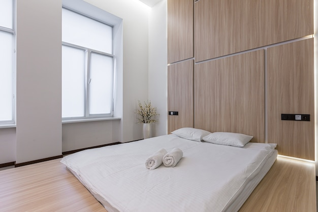 Photographie d'intérieur, chambre moderne combinée avec salle de bain, en blanc