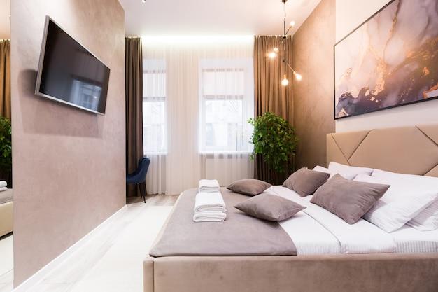 Photographie D'intérieur, Chambre Moderne, Avec Grand Lit élégant, Design Moderne, En Beige Photo Premium