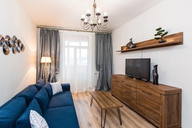 Photographie d'intérieur salon de style moderne avec canapé et grande télévision