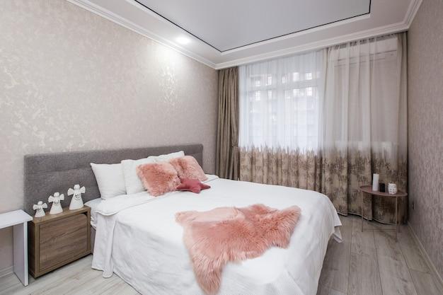 Photographie intérieure chambre moderne dans un style blanc moderne avec grand lit