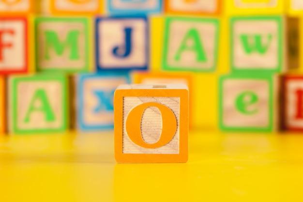 Photographie de la lettre de bloc en bois colorée o
