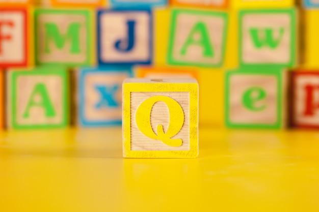Photographie de la lettre de bloc en bois colorée q