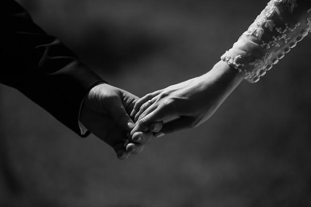 Photographie de mariage en noir et blanc d'un couple de mariage