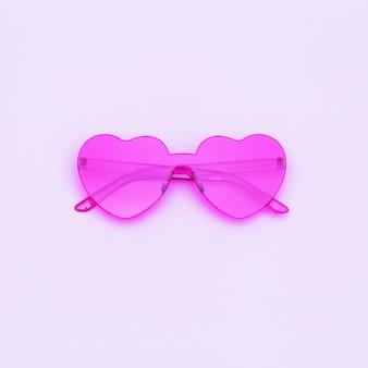 Photographie de mode de style minimal avec des lunettes en forme de coeur