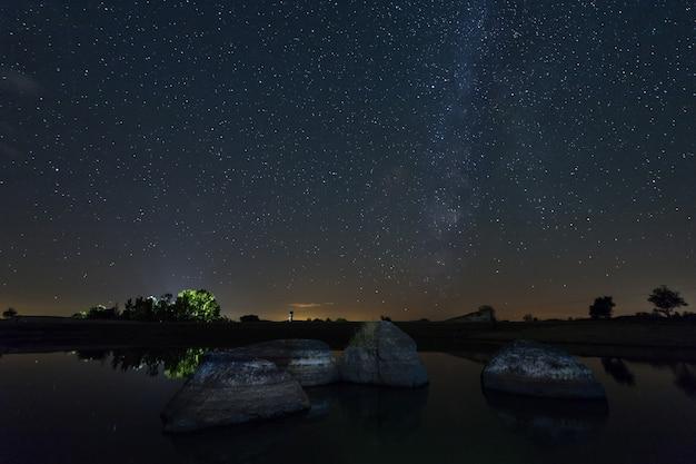 Photographie de nuit dans la zone naturelle de barruecos. estrémadure. espagne.