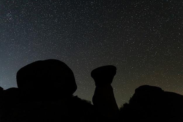 Photographie de nuit dans la zone naturelle de barruecos.