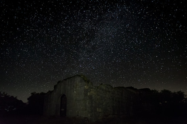 Photographie de nuit avec les ruines d'un ancien ermitage situé près de guijo de granadilla. ermita de hojaranzo. estrémadure, espagne.