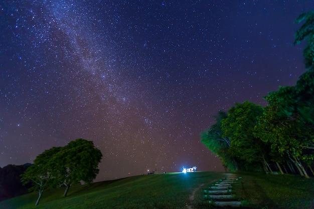 Photographie de nuit d'une voie lactée dans le parc national de sri nan, thaïlande