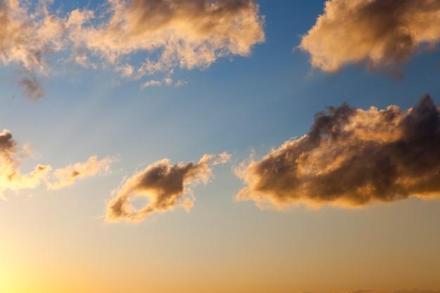 Photographié une partie d'un ciel coloré avec des nuages au coucher du soleil, l'aube du soleil