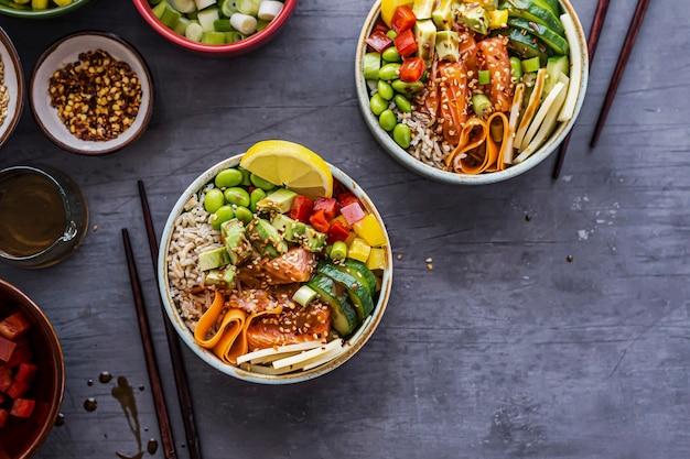 Photographie à plat de poke bowl au saumon