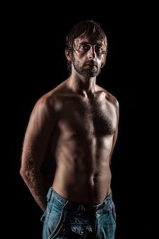 Photographie de portrait en studio d'un nageur athlète masculin