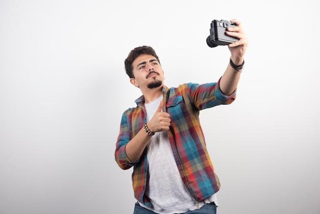 Photographie prenant ses selfies de manière positive avec un appareil photo.