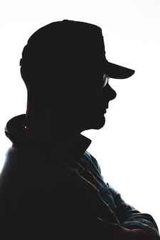 Photographie de la silhouette de l'homme face au côté