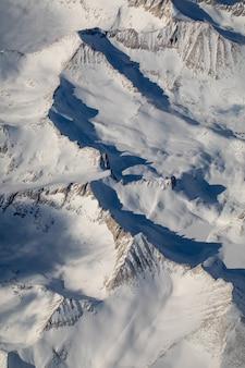 Photographie à vol d'oiseau de la neige couverte de montagne