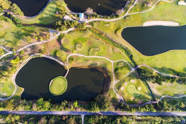 Photographie de vue aérienne de la forêt et du parcours de golf avec lac. golf et club de sport.