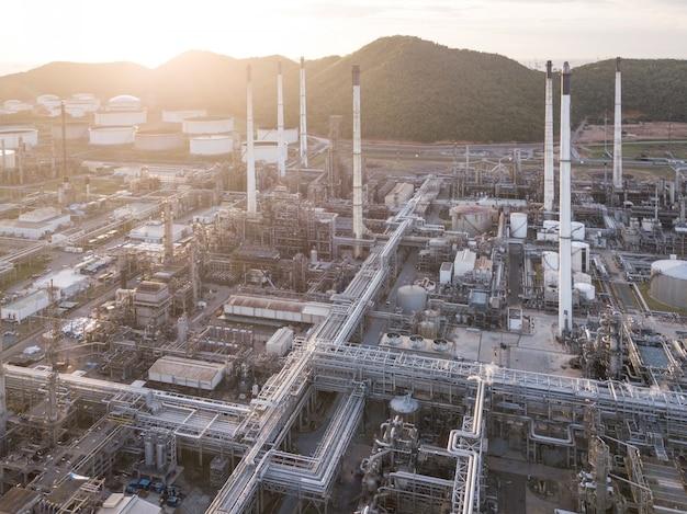 Photographies aériennes d'usines de raffinage de pétrole, de réservoirs d'essence, de réservoirs d'huile.