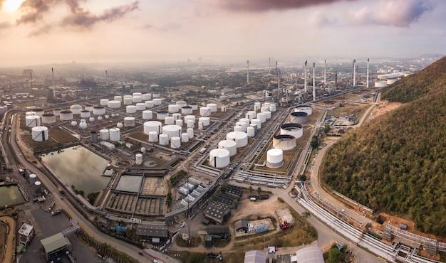 Photographies aériennes d'usines de raffinage de pétrole, de réservoirs d'essence et de stockage de réservoirs d'huile