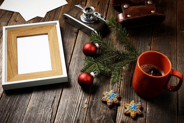 Photos, appareil photo, branche de pin et tasse de café