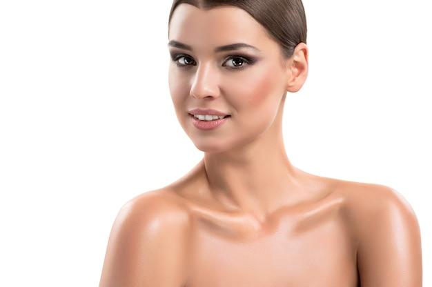 Photos de beauté d'une jeune femme avec une peau impeccable