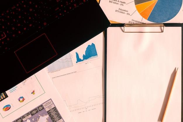Photos de documents commerciaux au travail
