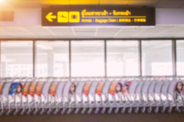 Photos floues de bagages dans l'aéroport