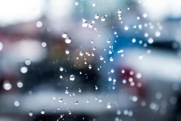 Photos en gros plan de gouttes d'eau sur la fenêtre.