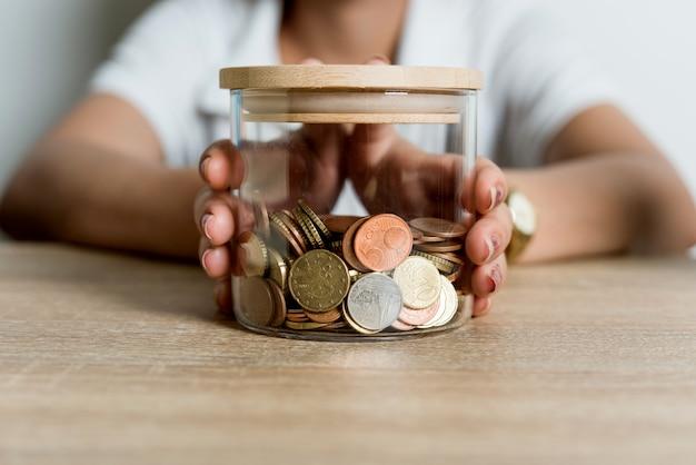 Photos des mains et de l'argent des hommes d'affaires sur le bureau.