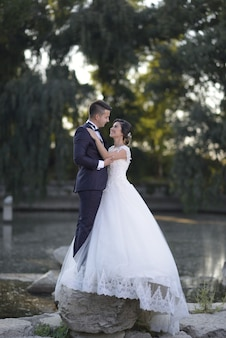 Photos de mariage de couple de jeunes mariés