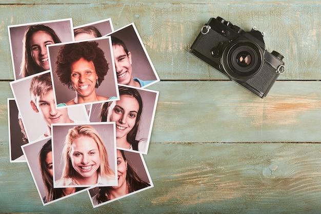 Photos de modèles et appareil photo rétro sur un bureau