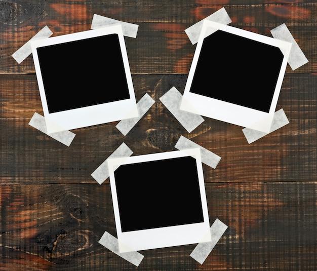 Photos sur un mur en bois