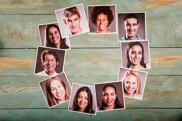 Photos de portrait de gens heureux sur un espace en bois