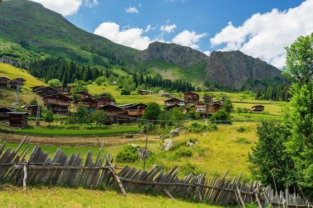 Photos de village étonnantes et paysages de montagne. savsat, artvin - turquie