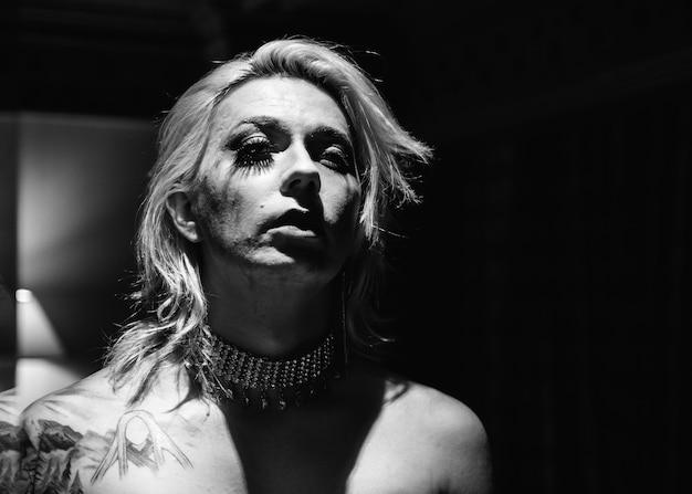 Photoshoot contemporain d'une femme transgenre