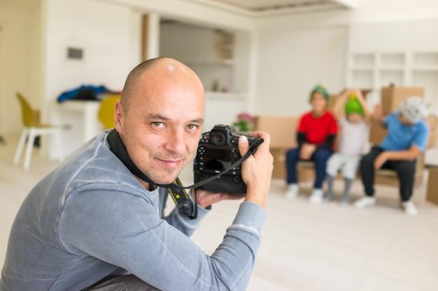 Photoshooting avec des modèles d'enfants au studio comme nouvelle maison