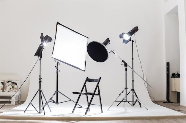 Photostudio tech appareils d'éclairage éclairés à l'intérieur