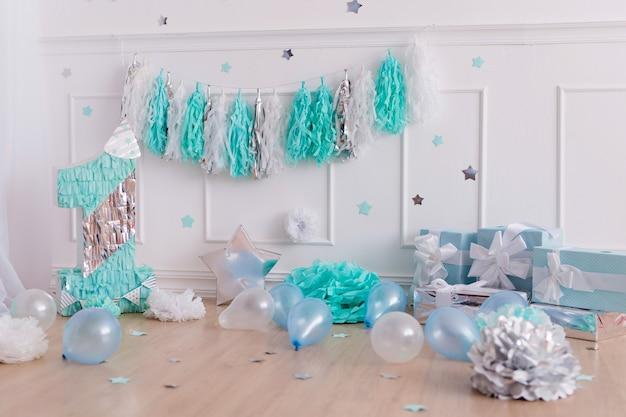 Photozone joyeux anniversaire. décor festif avec confettis, cadeaux, guirlande de pompon.