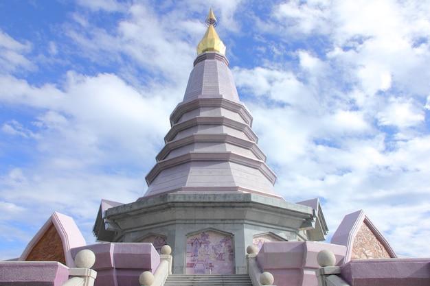 Phra maha dhatu nabhapol bhumisiri, pagode au parc national de doi inthanon, thaïlande.