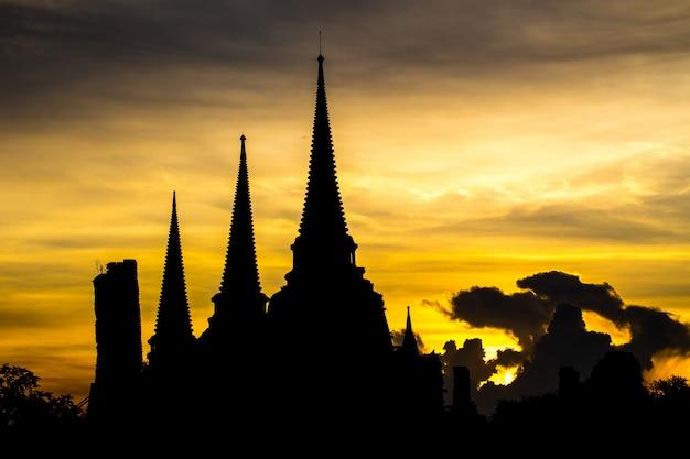 Phra sri sanphet temple dans la soirée à ayutthaya, thaïlande