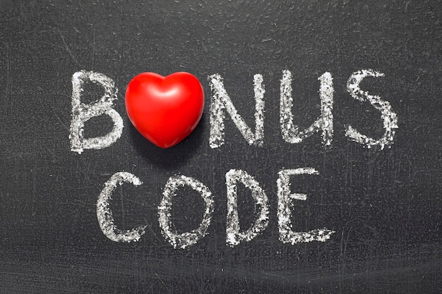 Phrase de code bonus manuscrite sur tableau avec le symbole du coeur au lieu de o