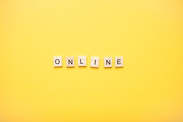 Phrase en ligne faite de blocs de bois sur un jaune clair