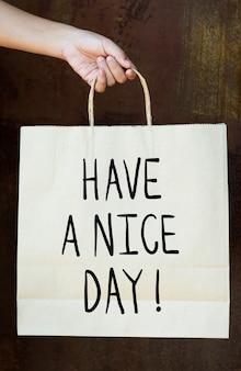 Phrase passez une bonne journée sur un sac en papier