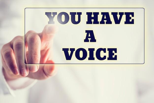 Phrase vous avez une voix sur une interface virtuelle dans une barre de navigation avec un homme d'affaires la touchant avec son doigt par derrière.