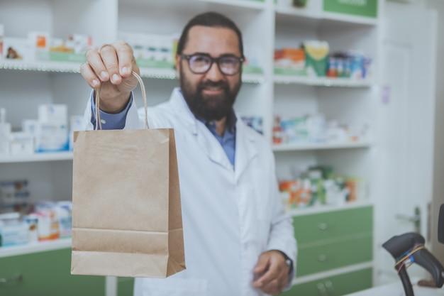 Phrmaciste barbu mature travaillant dans une pharmacie
